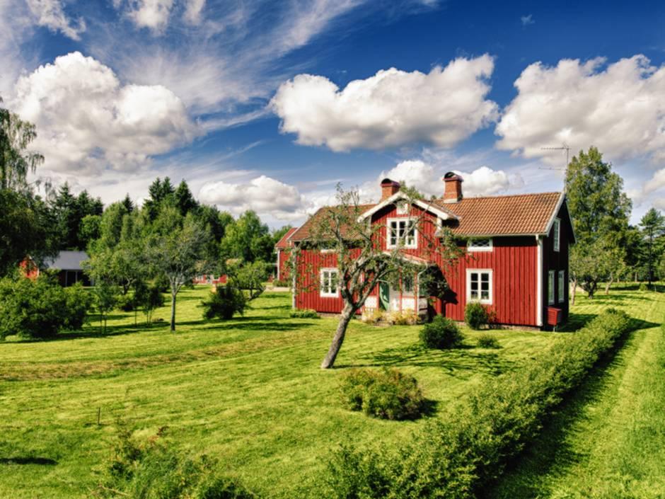 Schwedenhaus, Bauerhaus auf sehr großem Grundstück mit frisch gemähten Wiesen, Foto: christian42 / stock.adobe.com