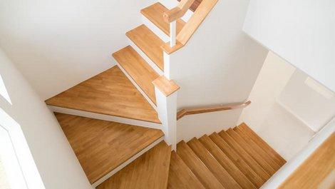Treppe, Holztreppe von oben fotografiert, Foto: fotolismthai / stock.adobe.com
