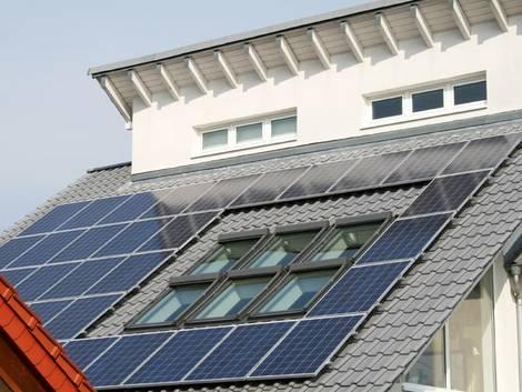 energieeffizient bauen, versetztes Pultdach mit Photovoltaikflächen, Foto: sandra zuerlein / stock.adobe.com