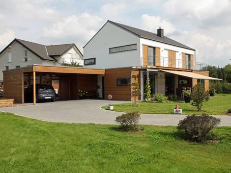 Grenzbebauung, Einfamilienhaus mit Carport, Abstandsflächen, Foto: stefanfister / fotolia.com
