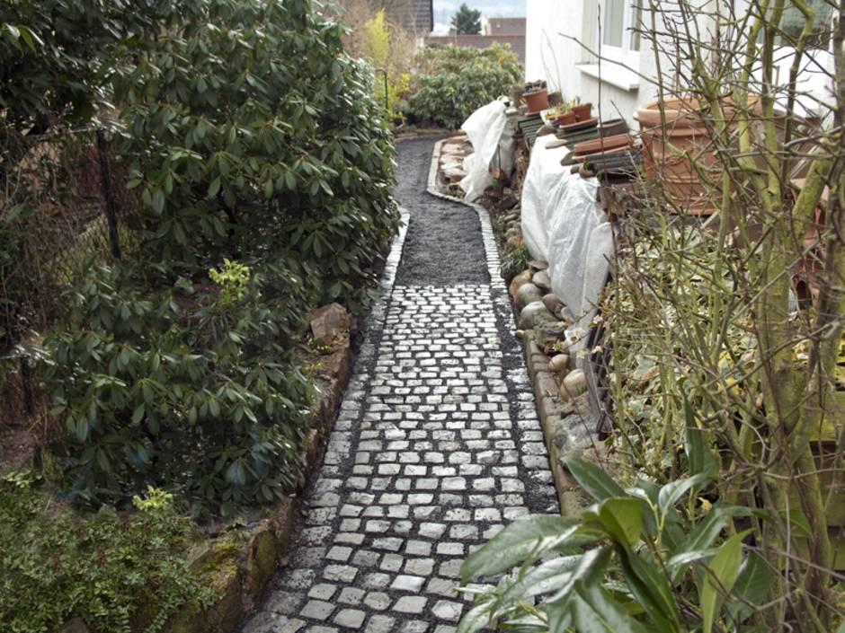 Schließlich Werden Die Steine, Gesetzt Und Die Fugen Verfüllt. Foto:  Ruckszio / Stock.adobe.com