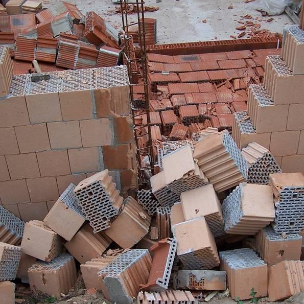 Mängelrüge, Mängelbeseitigung, Baumangel, eingesürtzte Mauer, Foto: Bauherren-Schutzbund e.V.