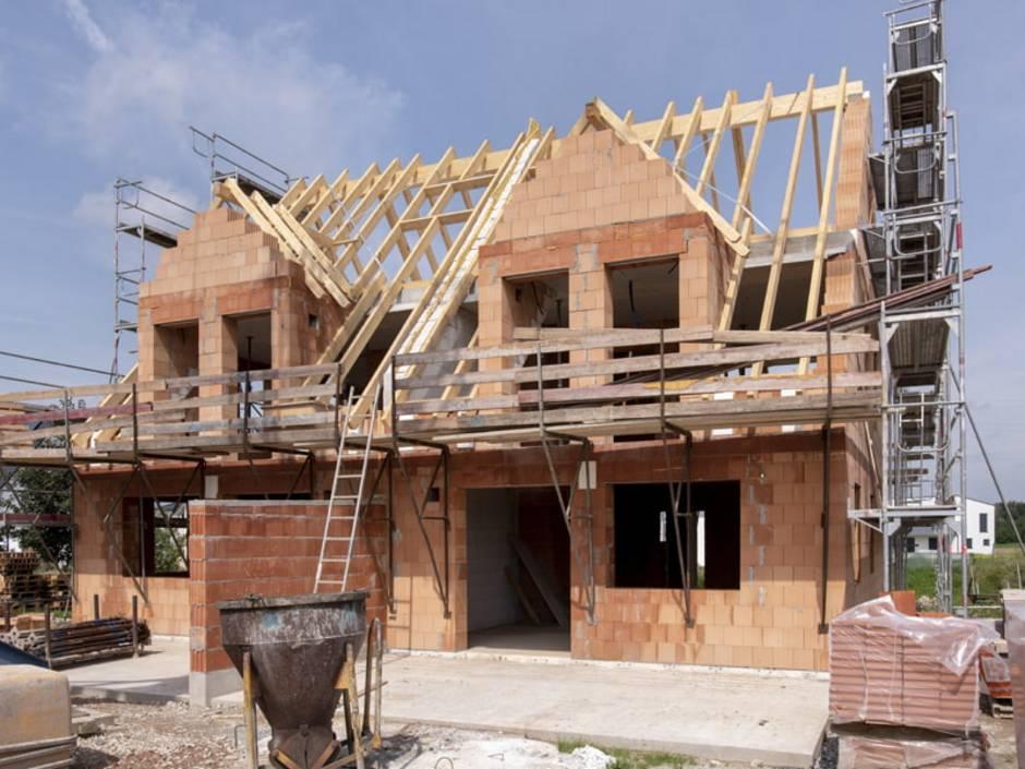 Doppelhaus, Baustelle, ein Doppelhaus im Rohbauzustand, Foto: stock.adobe.com / Wolfilser