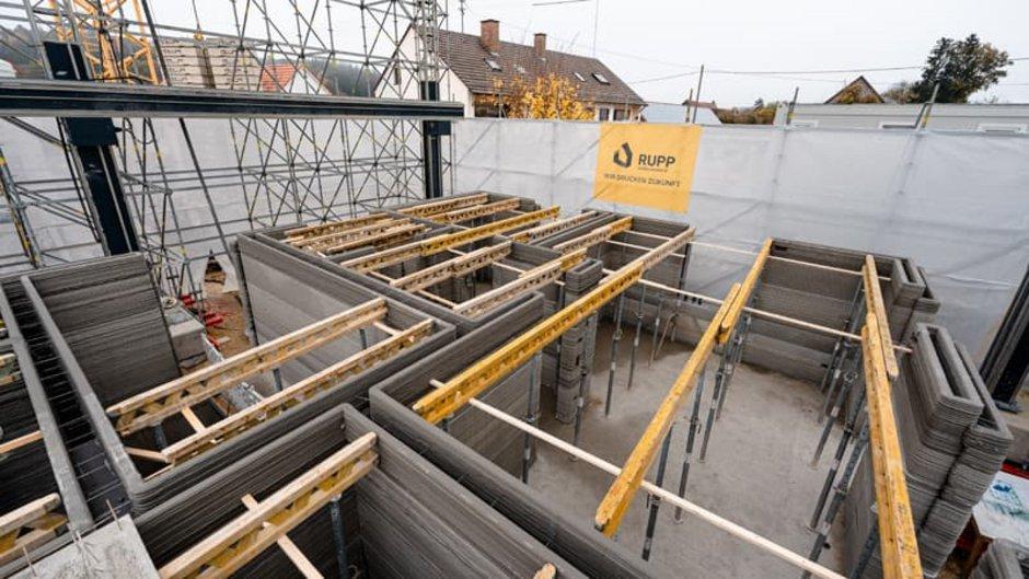 Haus 3D-Drucker, Aufsicht auf den offenen Rohbau von schräg oben. Die Betonwände sind innen hohl, Foto: Michael Rupp Bauunternehmung GmbH