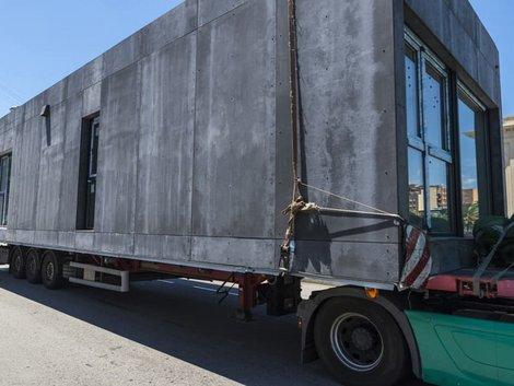 Modulhaus, Hausmodul auf einem Lastwagen, Foto: jordi2r / stock.adobe.com