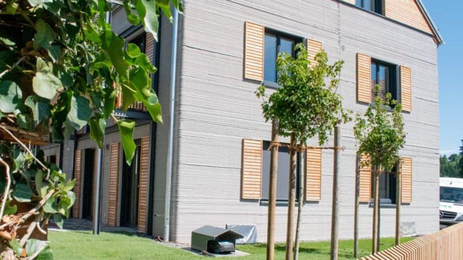 Haus 3D-Drucker, Seitenansicht des ersten Mehrfamilienhauses in Deutschland, das mit einem Betondrucker gebaut wurde, die Betonlinien sind von außen sichtbar, Foto: Michael Rupp Bauunternehmung GmbH