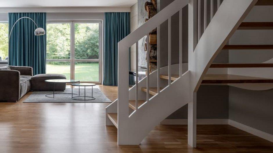 Treppe, zweiläufige Treppe, Foto: Dariusz Jarzabek / stock.adobe.com