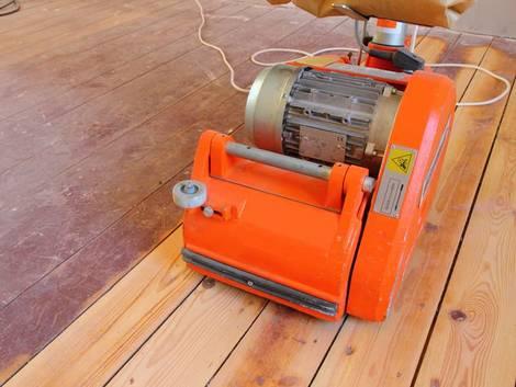Altbau kaufen, Schleifmaschine auf altem Dielenboden, Foto: Horst Schmidt / stock.adobe.com