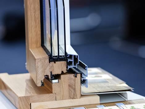 Aluminiumfenster, Querschnitt durch ein Fenster mit Holzrahmen innen und Aluminiumrahmen außen, Foto: istock.com / vladimir_n