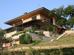 Bauen am Hang, Haus am Hang mit vier Ebenen, von unten fotografiert. Foto: TA Craft Photography / stock.adobe.com
