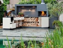 Freiluftküche, Outdoorküche, fest eingebaute Küche in weiß und anthrazit, offenes Feuer, Grill, Foto: freiluftküche.com