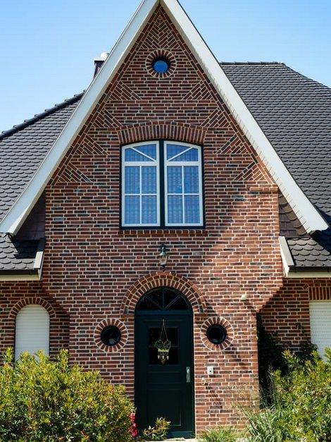 Klinker, Aus den Klinkersteinen wurden Muster in die Fassade gelegt, Foto: Countrypixel / stock.adobe.de