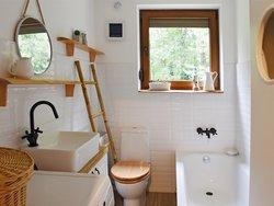 kleines Bad, Bad mit viel Holz, Foto: photosbysabkapl / stock.adobe.com