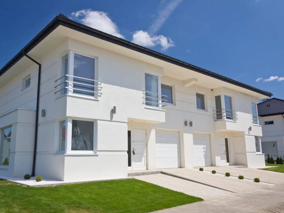 Doppelhaus, weiße Fassade, moderne Architektur, Foto: iStock / ewg3D