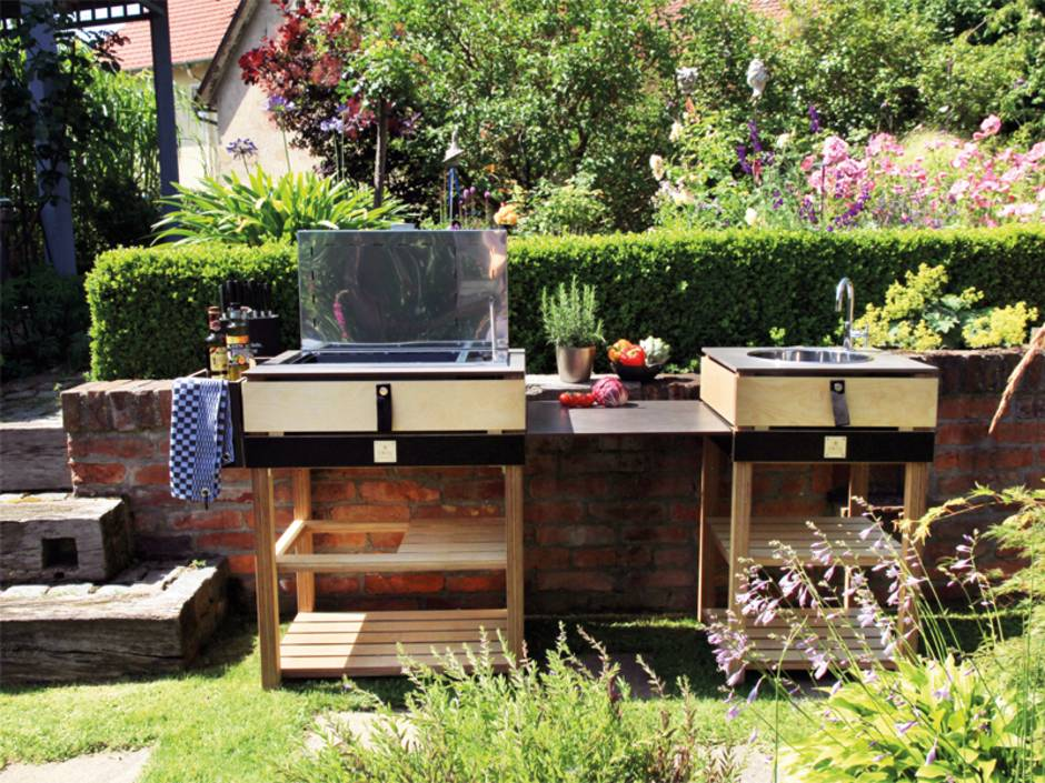 Freiluftküche, Outdoorküche, kleine modulare Outdoorküche vor einer Backsteinwand, Foto: OCQ / Sabrina Hensel