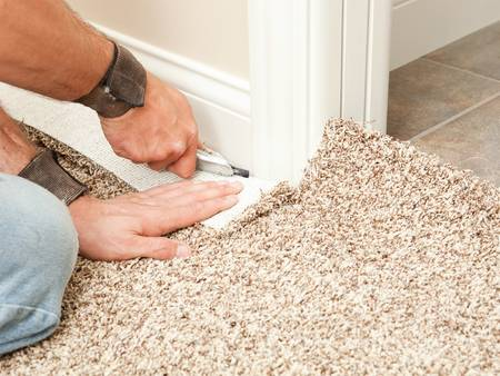 Bodenbeläge, Teppich, Handwerker verlegt Teppich, Foto: BanksPhotos / iStock