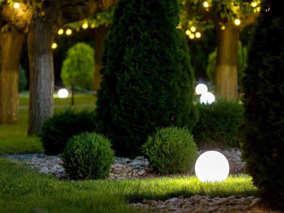 Außenbeleuchtung, Garten bei Nacht, beleuchtet mit Lampen und Lampions, Foto: Александр Беспалый / stock.adobe.com