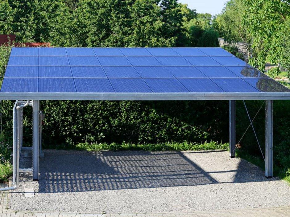 Carport bauen, ein Carport aus Metall mit Photovoltaik, Foto: Marina Lohrbach / stock.adobe.com