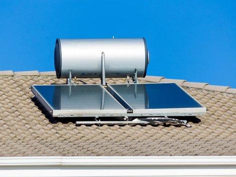 Röhrenkollektoren oder Flachkollektoren, Ein Thermo-Siphon-Kollektor auf einem Dach, Foto: sea and sun / stock.adobe.com