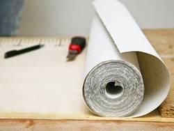 Tapete, tapezieren, Tapetenrolle und Cutter, Foto: AnnettVauteck / iStock