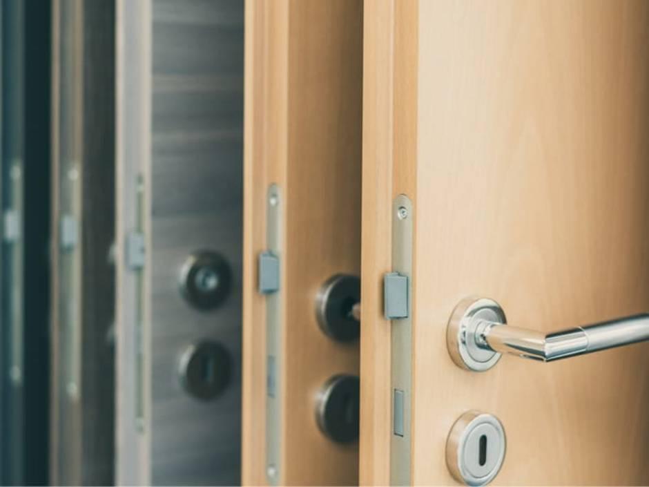 Türen streichen, mehrere Kunststofftüren hintereinander aufgereiht, Foto: schulzfoto / stock.adobe.com