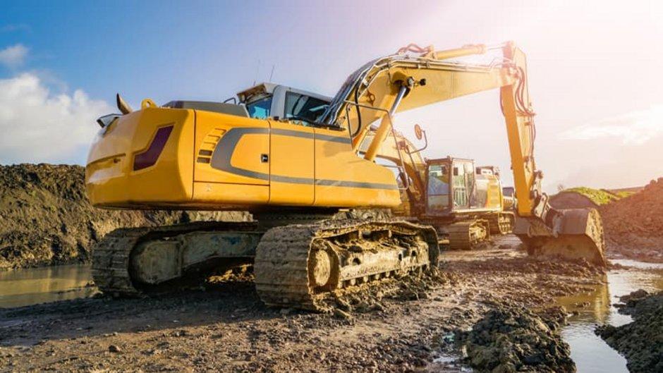 Erdarbeiten, Baugrube mit Wasser, es gibt einige Pfützen, Foto: Countrypixel / stock.adobe.com