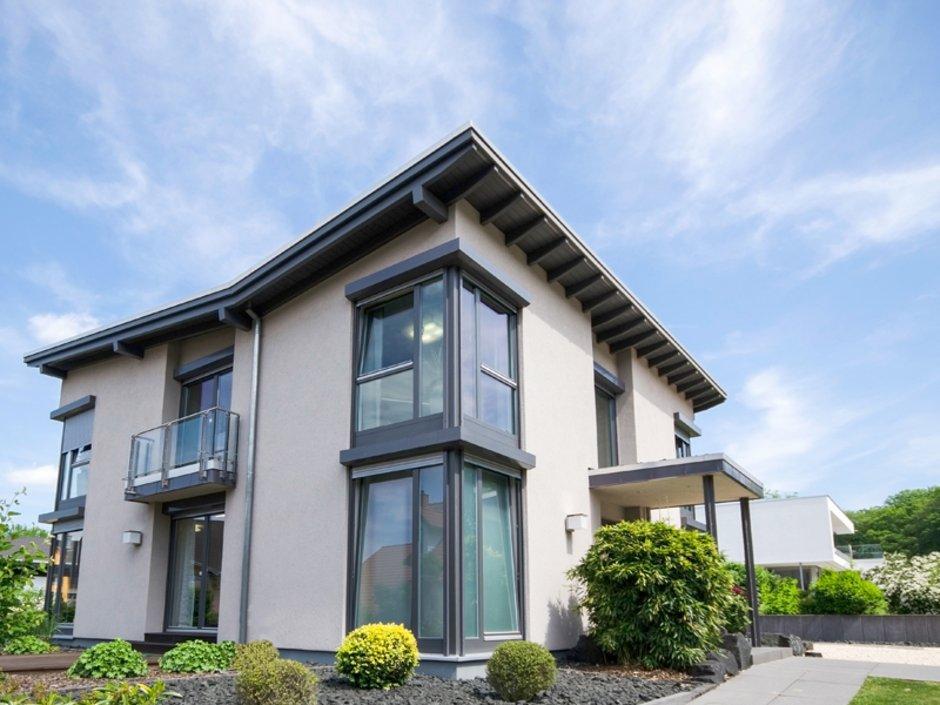 KfW-Effizienzhäuser, ein modernes Haus mit großen Fenstern von schräg vorne fotografiert, Foto: js-photo / stock.adobe.com