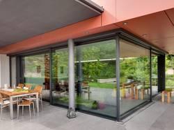 Aluminiumfenster, großflächige Fenster und Schiebetüren mit Aluminiumrahmen, Foto: Schüco