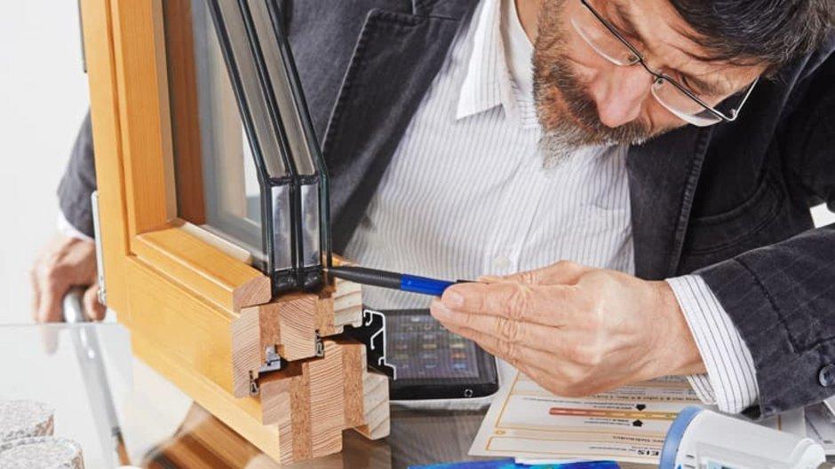 Isolierverglasung, Experte deutet mit Stift auf Querschnitt eines Isolierfensters, Foto: Ingo Bartussek / stock.adobe.com