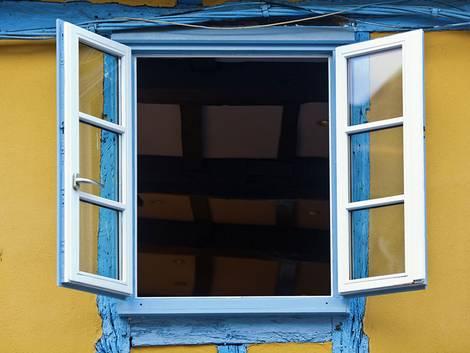 Schimmelbekämpfung, offenes Fenster, Foto: Christian Mueller / fotolia.de