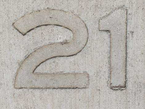 Bodenbelag Einfahrt, Stempelbetonfläche mit eingestempelter 21, Foto: iStock / Andres Victorero
