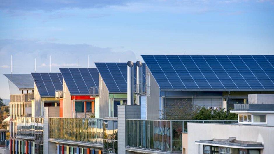 Solardachpflicht, Häuserreihe mit Pultdach, komplett mit Solarmodulen ausgestattet. Foto: Gyula Gyukli / stock.adobe.com
