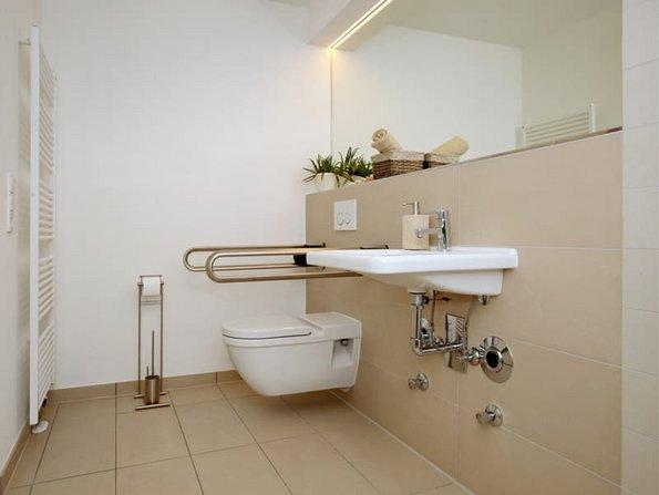 Mehrgenerationenhaus, barrierefreies Bad mit tiefem WC und Griffen, Foto: Jörg Lantelme / stock.adobe.com