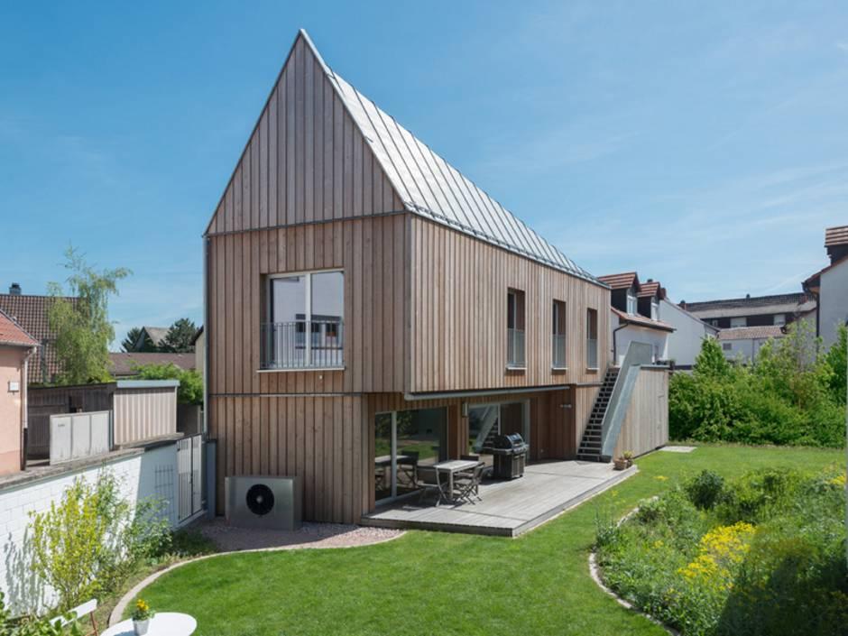 moderne Häuser, Holzhaus, die vordere Giebelseite ist deutlich schmaler als die hintere, Foto: Keitel Haus GmbH