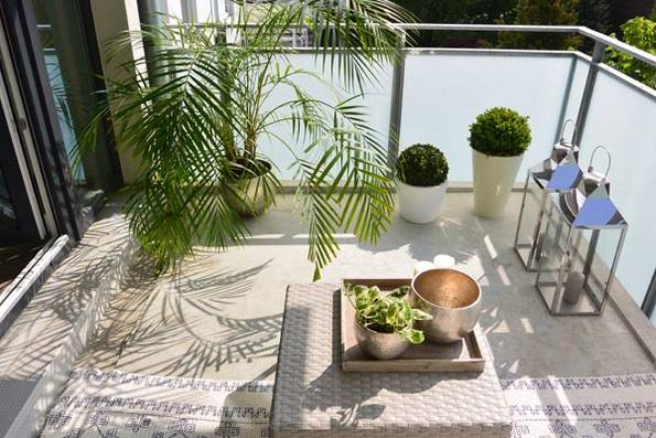 kleiner Balkon, nachher, pflegeleichte Pflanzen, Laternen mit Kerzen, Beistelltisch, Foto: balkongestalter.de