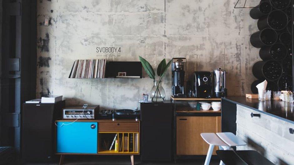Sichtbeton, Wand einer Wohnküche, Foto: Lindsey Lamont / unsplash.com