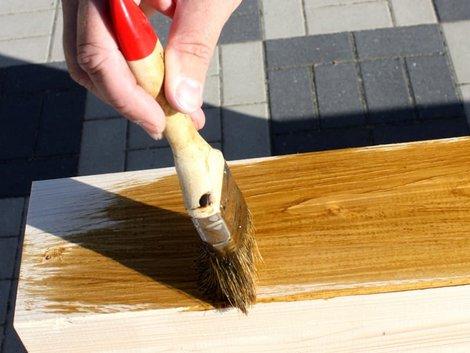 Carport bauen, Kantholz wird braun lasiert, Foto: Ade / stock.adobe.com