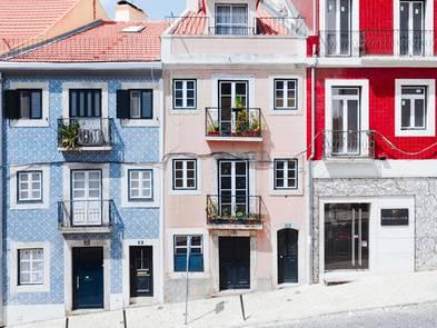 Fassadenkonstruktion, hübsche Häuser in Lissabon mit bunten Fassaden, Foto: Hugo Sousa / unsplash.com