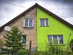 Altbau-Sanierungspflicht, Doppelhaus mit einer renovierten und einer nicht renovierten Seite, Foto: Tom Bayer / stock.adobe.com
