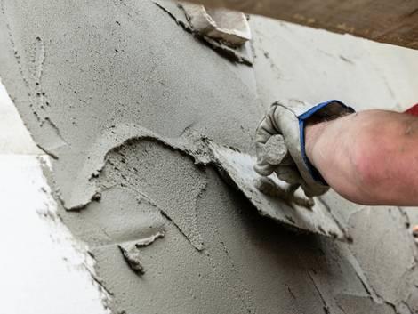 Fliesen verputzen, jemand verputzt eine Wand mit einer Kelle, Foto: StudioLaMagica / stock.adobe.com