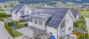 Gebäudeenergiegesetz, GEG, Neubauten aus der Vogelperspektive, im Hintergrund hügelige Landschaft. Foto: Wirestock / stock.adobe.com
