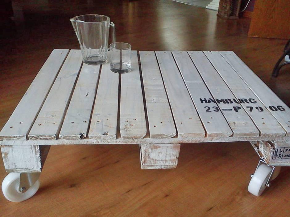 Ein fertiger Palettentisch weiß lackiert. Foto: La Maison / Dawanda.com