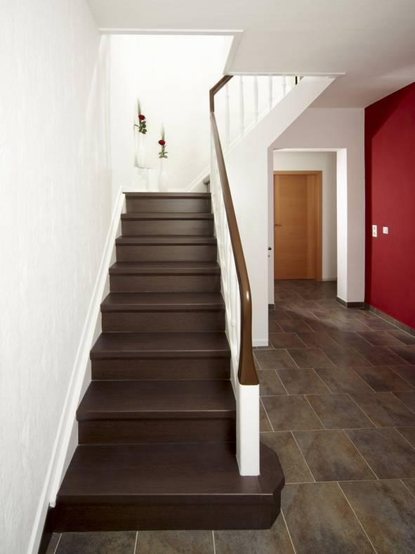 Laminat auf Treppen verlegen, nachher Laminat in Wengeoptik, Foto: BHK Holz- und Kunststoff KG H. Kottmann