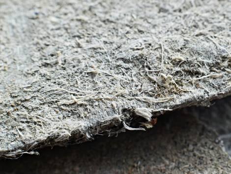 Asbestsanierung, eine schwach gebundene Asbestplatte im Querschnitt und in Nahaufnahme, Foto: Tunatura / stock.adobe.com