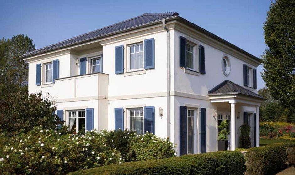 Stadtvilla, Stadtvilla bauen, weißes Haus mit blauen Fensterläden, Foto: Hanse Haus GmbH & Co. KG.