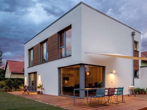 moderne Häuser, ein modernes kubistisches Haus mit Holzelementen in der Fassade, Foto: www.baumeister-haus.de