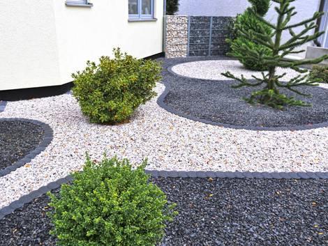 Außenbereich mit hellem und dunklem Schotter, kleine Bäume und Sträucher, Foto: stock.adobe.com / U. J. Alexander