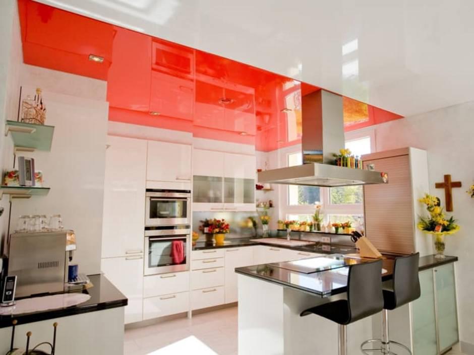 Decke streichen, Küche mit rotem Spanndeckensystem. Foto: CILING