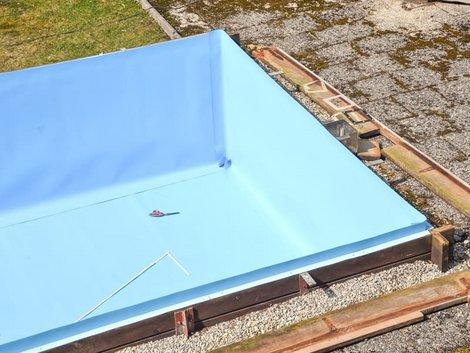 Swimmingpool, Becken mit passgenau eingeschweißter Poolfolie, Foto: iStock.com / wakila