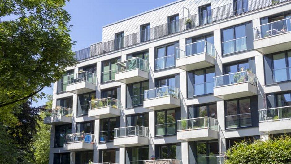 Mehrfamilienhaus, Großprojekt mit vielen Wohnungen und Balkonen, Foto: Ralf Gosch / stock.adobe.com